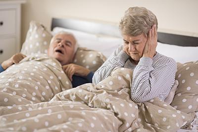 Alte Frau kann wegen Schnarchen des Mannes nicht einschlafen