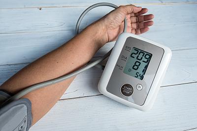 Blutdruckmessgerät zeigt Bluthochdruck