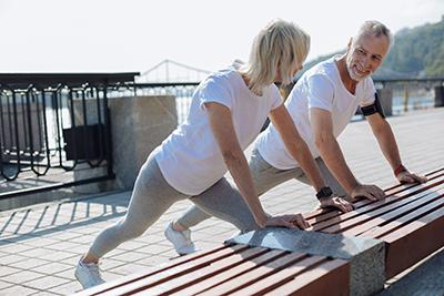 Paar führt Stretching Übungen