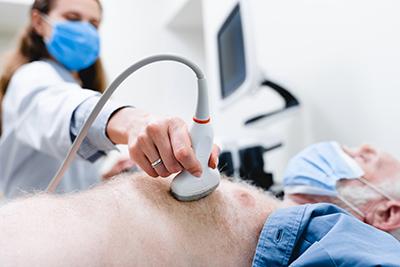 Ultraschallscanner, Brustkorbuntersuchung eines reifen Patienten
